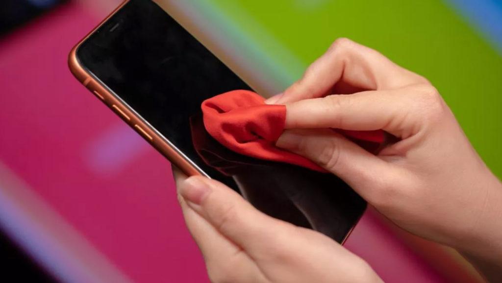 Очистка экрана смартфона как мера борьбы с коронавирусом